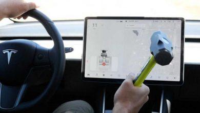 صورة اختبار بمطرقة لمعرفة قوة شاشة التحكم بسيارات تسلا.. شاهد الفيديو