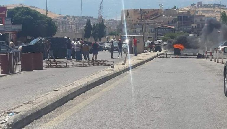 صورة جريمة ضاحكة في لبنان البائس.. مهربو البنزين يحتجون