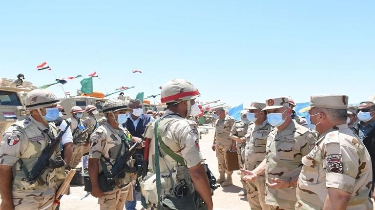 """صورة رئيس الأركان المصري يدعو رجال المنطقة الجنوبية لـ""""اليقظة والاستعداد القتالي"""" – فيديو"""