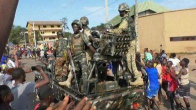 صورة مسؤول: رئيس غينيا ما زال محتجزا رغم محادثات مع قادة الانقلاب