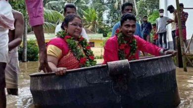 """صورة بالصور.. عروسان يستقلان """"إناء طهي"""" إلى موقع الزفاف في الهند"""